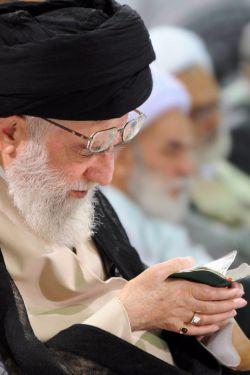 تصویر ویژه از امام خامنهای (سلّمه الله) در هنگام قرآن خواندن