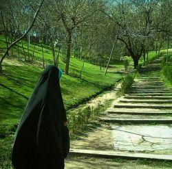 بانو! دختری که در پس پرده حجاب مخفی می شود ممکن است در زمین گمنام باشد، اما مطمئنم در آسمان مشهور است...❀·٠•✿●• #چادرانه-عاشقانه