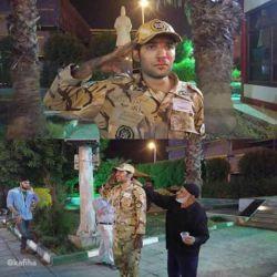 سرباز نجات یافته آبادانی در پارک شاپور آبادان به مدت ٢ساعت به احترام 19 سرباز فوت شده به صورت خبردار ادای احترام کرد ... :((( هر کسی به روش خودش عزاداری میکنه کاش اونهای که باید بفهمند ، بفهمند... افسوس ...