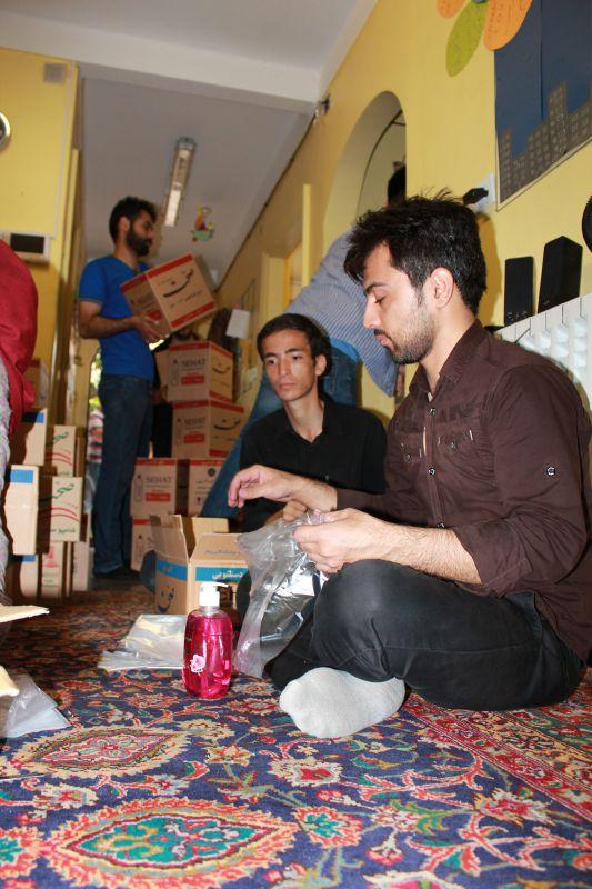 آماده سازی و بسته بندی مایحتاج خانواده های نیازمند در جمعیت امام علی(ع)