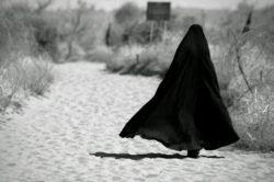 بانو خبر داری اگر حجابت را کنار گذاشتی..! دیگر غیرتی در رگ مردان سرزمینت هم نخواهد ماند؟  مرد بی غیرت چگونه عاشق مبارزه با دشمنی باشند که ذلت تو را می خواهد؟ سلاح تو در این مبارزه همین حجاب است ...#چادرانه-عاشقانه