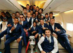عکس تیم ملی پرتغال همراه باجام قهرمانی بازگشت به پرتغال