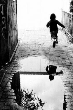 تمام دنیا... محله ی کوچکی ست که تو در آن متولد می شوی... و من... میان بازیِ بچه های محله به عشق تو... پیر می شوم