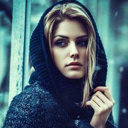 من تنهایے را بیشتر از آزادے دوست دارم.. حرف هایے هست  براے نگفتن و ارزش عمیق هر کسے به اندازه ے حرف هایے است که براے نگفتن دارد...