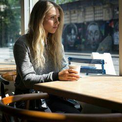 فرانسه قهوه هایش معروف است و  هندوستان عاشقانه هایش !  همین است که همه چیز از یک  قرار ساده شروع میشود !  در کافه پاریس  حوالی گاندی !