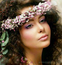 عشق آمد و از عطرتمنای تـو نوشید خورشید هم از جامه لبخند تو پوشید دست من وآرامش موزون نگاهت هر حادثه ازچشمه چشمان تو جوشیدعشق یعنے تو بخندےدل من ساز شودپلک بگشایےو از نو غزل اغاز شودعشق یعنے کہ دلم گرم نگاهت باشد،آسمان ، عشق ، زمین با تو هم آواز شود !