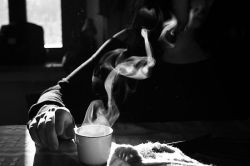 کافه ی دود آلود بوی تند سیگار حس تلخ چایی و صدای دریا... آه چه حالی میداد خشخش هر نفسم... وسرفه هایی همرنگ سایه ی تو بر سر میز تو نبودی و بی تو میترسیدم احمقانست چقدر! زدم از کافه ی تاریک و شلوغ سمت دنیای حقیقت هایی که بهاری ننویسد روی این فصل سرد یک خیابان پر آدم هایی که نمیدانند نه این راه دراز من و یک دفتر شعر همسفر گمگشته ی این راه دراز گیج . منگ این شب آخر شعر شده.. آقا دربست؟ مقصدم یک خیابان سکوت...!
