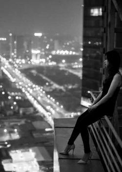 شب به آرامی میگذرد  ومن تنها با یاد تو نشسته ام   اگر شب هم بگذرد   من از یاد تو نمیگذرم ...      این درد نوشته ها    نه دلنشین اند نه زیبا    اینها یک مشت حرف زخم خورده ی بغض دارهستند    که نشانی دارند از یک حسرت  ناکام    که مخاطبشان غایب است ...