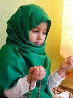 چادر و مقنعه ای که قامت کوچـــک.چهــره ی نجیب دخترکــان معصوم  را می آراید تار و پـــود حجاب و متانت در بزرگســـالی است.  نهال عشق به حجـــاب و عفت را از کودکـــی در دل فرزندانمان بکاریم  تا در بزرگــــی ثمر دهد.    ان شـــاالله...