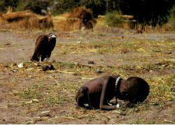 """اولین عکس تاثیر گذار جهان کودک و لاشخور عنوان اطلاق شده به عکسی است که در سال ۱۹۹۳ میلادی،توسط عکاس """"کوین کارتر"""" ثبت شد و انتشار آن در همان سال ، دنیا را تکان داد."""