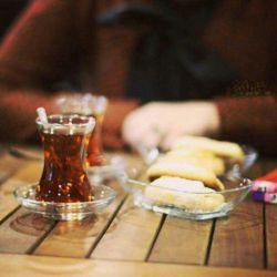 دلخوشم با نفسی  حبهی قندی چایی ... صحبتِ اهل دلی فارغ از همهمهی دنیایی دلخوشی ها کم نیست، دیده ها نابیناست...!  #سهراب_سپهری