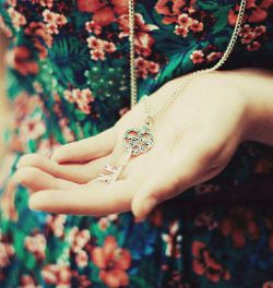 هیچ دلی نشان دهد؟              هیچ کسی گمان برد؟  کاین دل من ز آتش           عشق کسی چه میشود ؟!