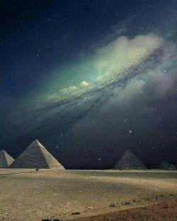 تصویر زیبا از آسمان شب در کنار اهرام مصر
