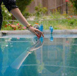 می نشینم لبِ حوض گردشِ ماهی ها روشنی  من  گل آب چه درونم تنهاست ... #سهراب_سپهری
