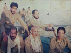 مرحوم حاج احمد اثنی عشری - جبهه های جنوب - دفاع مقدس ( نفردوم نشسته در قایق از سمت راست )