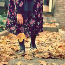 باید به خرمالوهای کال سربزنم، به انارهای سبز به آدمهای ناپخته به آنها که هنوز عاشق نشده اند  بگویم  که اتفاق بزرگی خواهد افتاد بگویم که پاییز در راه است...!