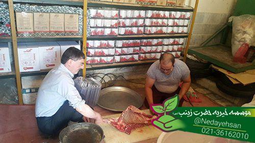 خادمین حضرت زینب(س) در حال قربانی کردن و آماده کردن گوشت تشکر از تمامیه عزیرانی که خیریه را برای توزیع قربانی خود انتخاب نمودن