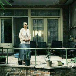مادربزرگ همیشه دلش میخواست  یک نفرازآن خانه ی قدیمی نجاتش بدهد  چون احساس تنهایی میکرد  مااماآپارتمان نشین های  افسرده ای بودیم که شبهادررویا  خواب حیاط بزرگ وحوض وایوان  میدیدیم...