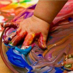 دستانم کوچک هستند وناتوان درکشیدن نقشی برای نشان دادن حالم ....دوست دارم دنیای خاکستری اطرافم را رنگی شادبزنم همراهم میباشی.....