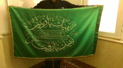 سلام .امروز پرچم روی قبر بی بی زینب در دستانم بودنمیدانید چه روزی بود گوییی در حرم بودیم یکی از دوستانم از سوریه آورد