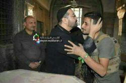 تصویر کشیش مسیحی در حال بوسیدن سر یکی از رزمندگان مقاومت در مراسم باز گشایی کلیسایی در عراق که از دست داعش آزاد شده