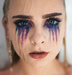 درک کردن من... ســـــــخت است ... سخت است درک کردن من که... غـــم هایــم را خودم میــدانم و دلم ... که همه تنـــــها لبــخـــندهایم را میبینند ؛ و حســــــرت میـــــخورند بـــخاطر شاد بودنـــم ... بخاطر خنده هایــــــــم ... و هیــــــچکس ... جز خودم نمیـــداند چقدر تنهایــــــــم ... که چقدر میــــــترسم ... از باخــــــــــتن ..... از یــــــخ زدن احساس و قلبــــم ... و از زندگـــــــــــــــــــــی... واقعا میترسم..,,,,,