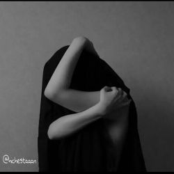 رد انگشت تو بر پیرهنِ پارهی من بر تنم جز اثرِ مرگ مگر چیزی هست در لباسی كه از این معركهها میگذرد سایهی بیسر و پاییست  اگر چیزی هست ...