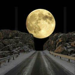 تصاویری از ماه کامل(بدر)در خیابان اقیانوس اطلس در نروژ گرفته شده و بعنوان زیباترین سفر جاده ای یا زمینی از طرف .بی بی سی توصیف شده !! نزدیک به قطب شمال هست که ماه را مثل یک کره کامل میبینیم