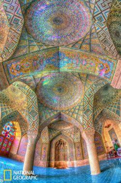 مسجد زیبای نصیرالملك شیراز كه معجزهای است از رنگهاى زنده و گرم.