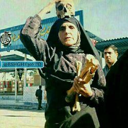 مادر شهید محمدصادق رضایی به همراه استخوانهای فرزندش.معروف به ام وهب ایران