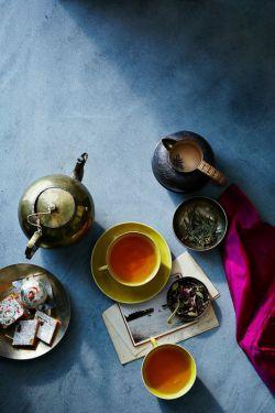 چای کهنه دم ننوشید ☕️  چای کهنه باعث تولید مواد سمی در بدن می شود و  ترشح اسید معده را تحریک می کند که باعث درد و زخم معده می شود.  #زندگی آنلاین