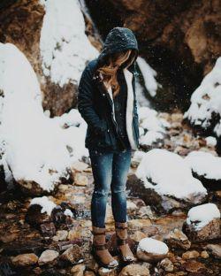 به شـانه اَم زَدی  که تنــهایی اَم را تکـانده باشـی  بـه چه دِل خوش کرده ای ... تکاندن برف از شـانه آدَم برفـی !؟  #گروس_عبدالملكیان