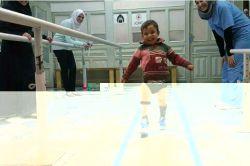 """این اولین قدمی است که برمیدارد """"میثم"""" كودك سوری بعد از اینکه پای خود را در جنگ سوریه از دست داده وبرای او پای مصنوعی درست کرده اند ...خوشحالیش را ببینید ❤️ اللهم فرج عن سوریا"""