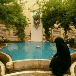 بیت الغزل ناب جهان چادر مشکی ست...تک دختری از مذهبیان سوژه ی شعر است...