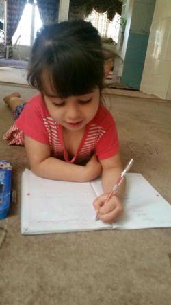 هلیا خانوم در حال مشق نوشتن.خخخخ