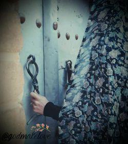 یک زن مگر چقدر قدرت دارد در بزند،و کسی در را برایش باز نکند...؟! یک در  مگر چقدر قدرت دارد بسته بماند،وقتی زنی عاشق در می زند ....!!؟