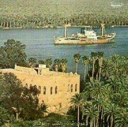عكسی از یكی از كاخهای محمرة (خرمشهر) در ساحل رود شط العرب در دهه هشتاد . تمام نخلها و باغها و شالیزارها با از بین بردن آب از بین رفت . در اهواز بخاطر كم آبی كارون و تالابها و رود دز و جراحی (اروند كنار) و بسبب انتقال آب به خارج از اهواز و ساختن سدهای زیاد و ریختن آب فاضلاب نی شكر و زباله های دو ریختنی مثل نفط و مواد شیمیائی و فولاد در رود خانه ها
