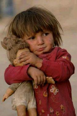 کاش بچه بودیم . . . بچه ها به ۵ دلیل دوست داشتنی هستند : ۱ . گریه می کنند چون گریه کلید بهشته . ۲ . قهرکه می کنند زود آشتی می کنند چون کینه ندارند . ۳ . چیزی که می سازند زود خراب می کنند چون به دنیا دلبستگی ندارند . ۴ . باخاک بازی می کنند چون تکبر ندارند . ۵ . خوراکی که دارند زود می خورند و برای فردا نگه نمی دارند چون آرزوهای دراز ندارند .