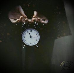 هر ثانیه که میگذرد چیزی از تو را باخود میبرد زمان؛غارتگر غریبی است! همه چیز را بی اجازه میبرد و تنها یک چیز را همیشه فراموش میکند حس دوست داشتن تو را...! #آنتوان_دوسنت_اگزوپری