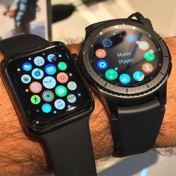 عزیزم کدامیک از این ساعتها apple /samsung میپسندی برات سفارش بدم اپل در این ساعت به طور پیش فرض ۲ نرمافزار در زمینه سلامت به نامهای Workout و Fitness را ارائه نموده است. از دیگر قابلیتهای آن میتوان به نمایش ضربان قلب، ضد آب بودن و پشتیبانی از سیری اشاره کرد. همچنین میتوان برای بهرهگیری از برخی نرمافزارها همچون اپل مپز نیز ساعت اپل را با آیفون همگام سازی کرد.