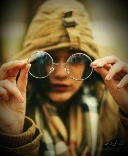 به زنان عینکی توجه بیشتری نشان دهید نه به این خاطر که زنان با عینک زیباترند، نه! به این خاطر که احتمالا آنها در زندگی شان کمی بیشتر گریه کرده اند...