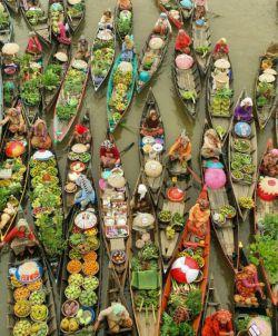 بازار میوه فروش های محلی در رودخانه و روی قایق ها یکی از زیباترین جاذبه های کشور اندونزی هست
