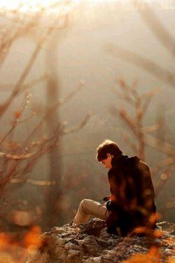 نوعی تنهایی در این جهان بسیار بزرگ وجود دارد  که آن را فقط در حرکت عقربه های یک ساعت می توان شناخت ..مردم خسته اند..چه با عشق، چه بی عشق...