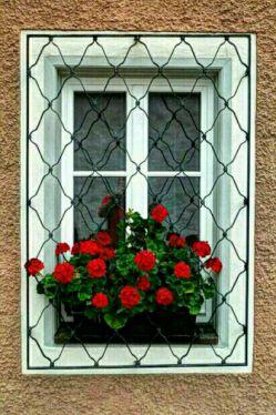 عشق..لبخند..دل..خدا..زیبایی..مهربونی..اشک..تنهایی..همه،پشت پنجره دنیامنتظرنگاه ماست واین انتخاب ماست که کدوم پذیراباشیم...بعدمدتها دلتنگی وپناه به پیله ی تنهایی دلم میخوادبه شوق لحظه ی دیداروامیدی که تودلم جوانه زده دست به قلم ببرم وبنویسم...مخاطب خاص من دردل من هست وپنهان درمیان رازهای قلبم ...پس نوشته هایم دورازمخاطب خاص اینجاست همراهم باشید درشادی وامیددوباره من به زندگی به شوق شروع دوباره...بسم الله...