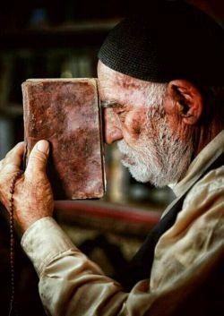 """#داستان """"قــرائـت قــرآن"""" مرد بیسوادی قرآن میخواند ولی  معنی قرآن را نمیفهمید. روزی پسرش از او پرسید:  چه فایده ای دارد قرآن میخوانی،  بدون اینکه معنی آن را بفهمی؟ پدر .....کامنت قرات شود  #داستانهای_کوتاه_آموزنده @sogandkadeh"""