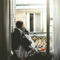 سنی ندارد عاشقی کردن فرقی ندارد، کودکی، پیری...  هروقت زانو را بغل کردی یعنی تو هم با عشق درگیری...  #علیرضا_آذر