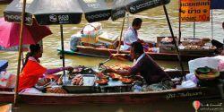 GASHTHA.COM بازار شناور آمفاوا تور تایلند (amphawa) بازار شناور آمفاوا تور تایلند (amphawa)  دومین بازار شناور معروف در نزدیکی بانکوک است، به بزرگی Damnoen Saduak نیست اما بازاری اصیل است که بیشتر بازدیدکنندگان آن مردم تورتایلند هستند. این مکان که زمانی یک دهکده کوچک بود در فاصله ۵۰ کیلومتری بانکوک واقع شده است GASHTHA.COM