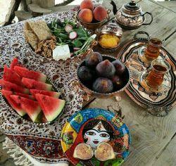 چای و غزل و پنیر و گردو هم هست/انجیر و نبات و شهد ڪندو هم هست/صبحانه ی من چقدر شیرین شده،/ چوندر سفره ی من خاطره ی او هم /