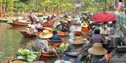 Gashtha.com بازار شناور آمفاوا و تا خا تور تایلند هر دو طرف جاده ای که به بازار شناور آمفاوا و تا خا تور تایلند منتهی می شود امکان مشاهده سبک زندگی سنتی تور تایلند ، خانه های قدیمی، مزارع و زمین های سرسبز را برای مسافران فراهم می کند. یک امتیاز اضافه برای رسیدن کمی از پیش از زمانبندی مقرر، یک توقف کوتاه در یکی از مزارع نمک در کناره های جاده بود. Gashtha.com
