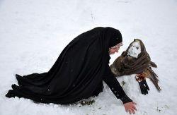وقتی یه خانم چادری آدم  برفی  میسازهههههه